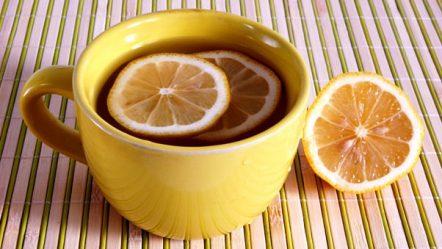 מים חמים עם לימון