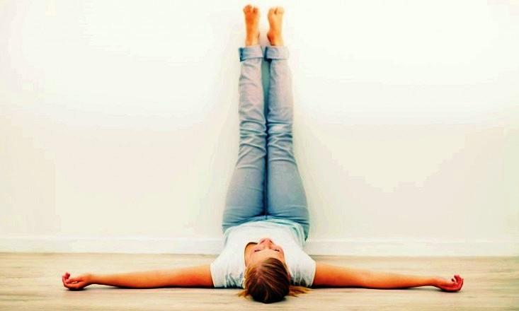 שכיבה על הגב עם הרגליים על הקיר