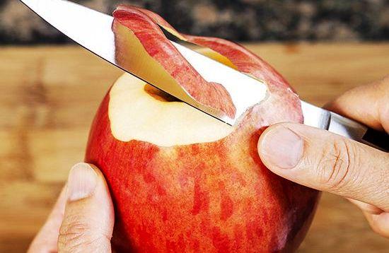 רוב הויטמינים והמינרלים בתפוח נמצאים בקליפה